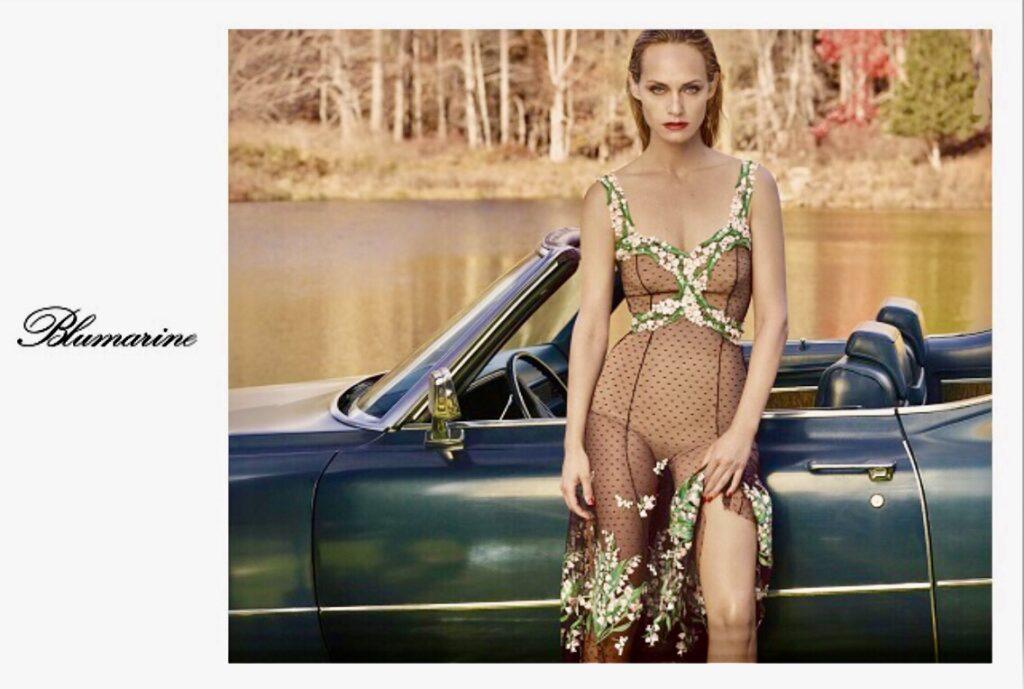Il nuovo volto della campagna pubblicitaria primavera/estate 2018 di Blumarine è Amber Valletta.