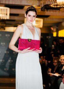 È un Brand di borse da sera di lusso disegnato in Svizzera e prodotto in Italia. L'unicità di ogni donna viene trasmesso nel realizzare borse dal design ricercato poiché sono proprio gli accessori a fare la differenza!