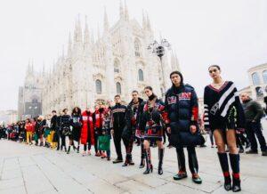Il Brand Iceberg rende omaggio alla capitale mondiale del prêt-a-porter in occasione della Milano Fashion Week aprendo la sua sfilata al pubblico e portando per la prima volta la collezione nelle strade milanesi.