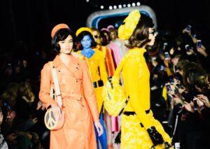 Le donne mandate sulla passerella-pista dal direttore artistico, Jeremy Scott, assomigliano a tante sosia di JackieKennedy, icona di eleganza, alla quale lo stesso creativo si è ispirato per la sua collezione autunno/inverno 2018/2019.