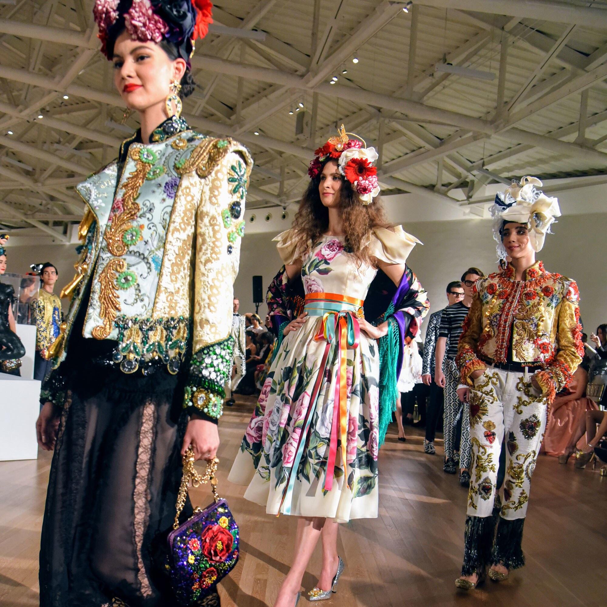 Dolce & Gabbana ha presentato per la prima volta le sue collezioni di Alta Moda, Alta Sartoria e Alta Gioielleria nel Museo Soumaya di Città del Messico, con l'icona del cinema italiano Sophia Loren come ospite d'onore.