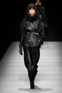 Sulla passerella autunno inverno 2020/2021 della stilista alla Milano Fashion Week va in scena un inno alla donna. Libera di esprimere la propria femminilità, anche in capi mascolini.