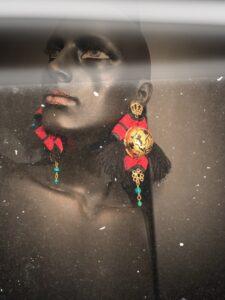 David Lafitte Pagano, linea Ribbon.  Il Nastro rappresenta un segno positivo di legame, d'amore, di celebrazione, di nuove strade e di nuove speranze. Con ''Ribbon'' i gioielli vengono creati attorno ad un nastro completamente formato a mano sia nelle cuciture sia nella forma. Bronzi dorati, pietre e gemme come giade e perle vengono inserite a complemento dell'intera struttura.